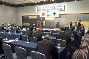 働き方改革への取り組みを進めることなどを確認した県建設業協会の総会=佐賀市のホテルニューオータニ佐賀
