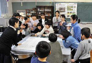英語の授業を楽しむ児童たち