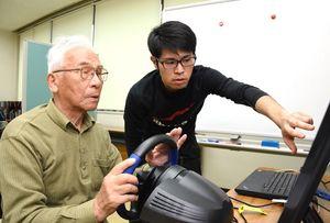 ドライブシュミレーターで運転技術などを確認する高齢者=吉野ヶ里町の三田川健康福祉センター