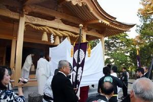 新しい社殿へご神体を遷御した遷座祭=佐賀市諸富町の新北神社