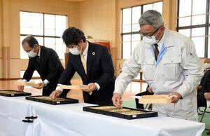 式で播種の神事を行う武富和也さん(右)=江北町さわやかスポーツセンター