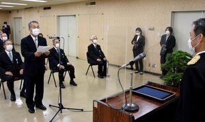 受章者を代表して謝辞を述べる石川修さん=佐賀市の佐賀県警本部
