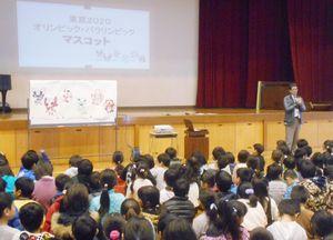 三つの案からマスコットを選ぶ児童ら=佐賀市の赤松小学校(同校提供)