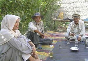 アフガニスタンで中村哲さん(右)と写真に納まる藤田千代子さん(左)=2005年9月(PMS提供)