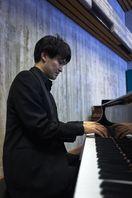「トゥレット症候群」偏見なくしたい 経験語るピアニスト