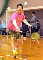 中高生の強化練習会で講師を務めた武下利一選手=武雄市の白岩体育館
