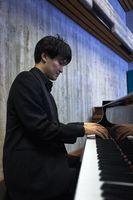 ピアノを演奏するYUSKさん(提供写真)