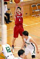 バスケットボール男子・唐津工-佐賀北 シュートを放つ唐津工の青木泰知=多久高体育館