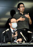 佐賀県内で確認された感染者の概要を説明した井田政和健康増進課長(手前)=7日夕、県庁