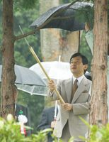 全国育樹祭で、ヒノキの手入れをされる皇太子さま=平成14年10月6日