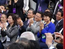 リオデジャネイロ五輪・パラリンピックの両大会合同パレードの実現に尽力した古川康衆院議員(中央)。出発式でメダリストらに拍手を送った=東京都虎ノ門