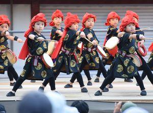 誕生院保育園のエイサーで力強く踊る子どもたち=鹿島市古枝の祐徳稲荷神社