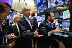 ニューヨーク証券取引所のトレーダーたち=22日(ロイター=共同)