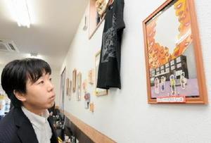 舞台の世界観を表現したポスター原画を並べた個展=佐賀市の池田屋
