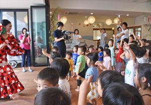 フラメンコの決めポーズを取る園児たち=佐賀市のおへそこども園