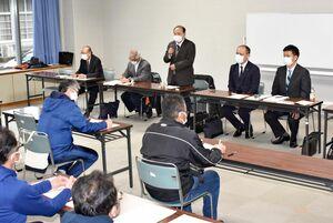 東西松浦駅伝大会の監督会議で1年延期の考えを述べる大会役員=伊万里市の市民センター