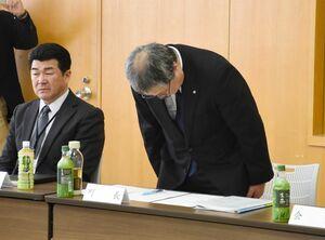 臨時の区長会で現金受領問題について謝罪する脇山伸太郎町長=玄海町役場