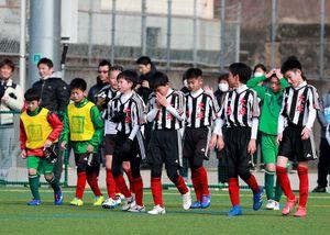 準決勝・大坪少年-サガン鳥栖U-12 試合に敗れ、肩を落とす大坪少年