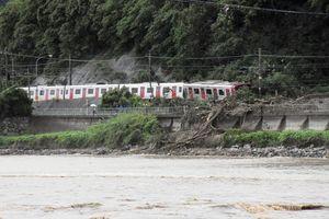 西日本豪雨の取材で撮影したJR筑肥線の脱線現場の様子。本紙ウェブサイトの速報に添えた=7月6日、唐津市浜玉町