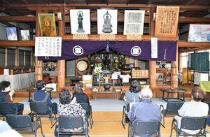 特別御開帳で公開された釈迦如来坐像(中央奥)=21日午前、吉野ヶ里町田手の東妙寺