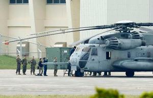 米軍普天間飛行場に駐機する、小学校の運動場に窓を落下させたCH53Eヘリコプター=14日、沖縄県宜野湾市