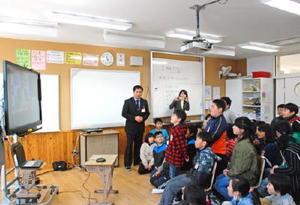 テレビ会議で横尾俊彦多久市長に提案する児童たち=6日、多久市の多久中央小学校