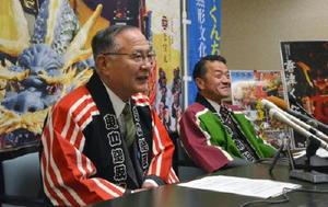 記者会見で喜びを語る唐津曳山取締会の大塚康泰総取締(左)と坂井俊之市長=唐津市役所