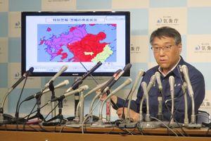 佐賀県など九州北部に出された大雨特別警報(紫色の部分)について会見で説明する梶原靖司予報課長=東京・大手町の気象庁