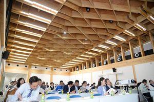 柱や天井など木材が多く使用されたことが分かる内装=佐賀市多布施の松尾建設新社屋