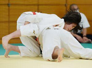 柔道女子個人57キロ級決勝 関節技で一本勝ちを収める佐賀工の庄野文香=佐賀市のSAGAサンライズパーク総合体育館柔道場