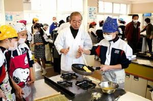 プロの料理人に教えてもらいながら卵焼きを作る生徒=有田町の西有田中