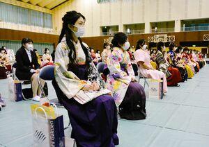 出席者全員マスクを着用して式に臨んだ=佐賀市の佐賀女子短大
