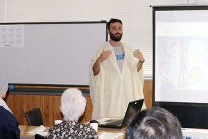 多文化共生理解出前講座で、民族衣装を着るデルベルさん=佐賀市の佐賀商工ビル