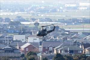 陸上自衛隊目達原駐屯地から離陸するヘリコプター=22日午前9時11分、神埼郡