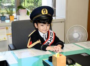 1日交通部長に指名され、交通部長室のイスに座る片渕奏汰くん=佐賀市の県警本部