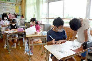 互いに選んだ記事を確認する児童たち=唐津市肥前町の入野小