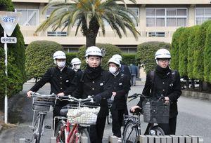 試験を終え、安堵の表情で帰路につく受験生たち=佐賀市の佐賀西高