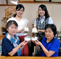 ユリ根を使った「ゆり菓子」の再興に取り組む佐賀市婦人林業研究会のメンバーたち=佐賀市富士町の富士大和森林組合