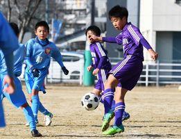 予選Iパート・嬉野JSC-附属FC 前半、シュートを放つ嬉野JSCの松尾侑一(右)=佐賀市の西神野運動広場