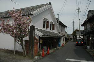 国の重要伝統的建造物群保存地区に選定された鹿島市浜中町八本木宿の酒蔵通り