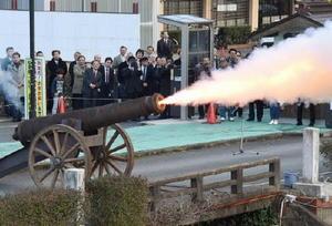 空砲でごう音を響かせる復元カノン砲=佐賀市の佐嘉神社外苑駐車場