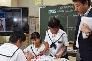 グループワークでは活発に意見が交わされていた=佐賀市の城北中学校