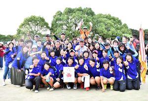 ソフトテニス女子団体の優勝を喜ぶ嬉野・嬉野新の部員ら=佐賀市の県総合運動場庭球場