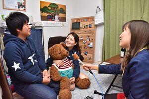 (左から)仲むつまじい木下拓也さんと梨絵さん夫婦とスキッピーの諸隈桜さん=佐賀市