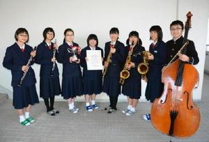 九州アンサンブルコンテストで金賞を受賞し、九州代表として全国大会に進む昭栄中吹奏楽部のアンサンブルチーム=佐賀市の昭栄中学校