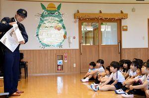 松本匠巡査長から交通安全などの話を聞く園児たち=吉野ヶ里町の東脊振幼稚園