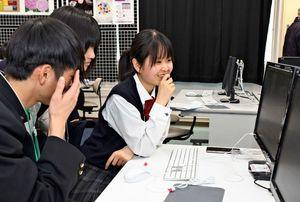 編集した動画を見て、意見を出し合う生徒実行委員=佐賀市の佐賀大学本庄キャンパス