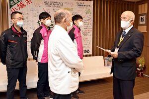 ひらまつ病院の平松克輝理事長(中央)に寄付金を贈った小城市体協の今村統嘉理事長=小城市のひらまつ病院