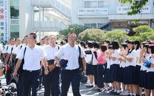 学校での見送りに笑顔を見せる佐賀商ナイン=同校