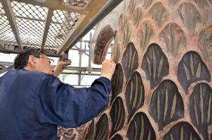 「鯱」のうろこ部分に下地漆を塗る輪島塗の職人=唐津市北城内の西ノ門館